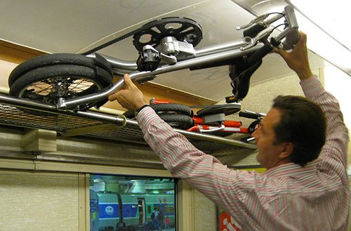 velo-pliable-strida-dans-le-train